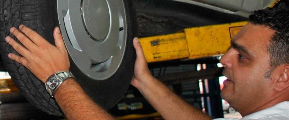 emerson-botto-de-lemos-trocando-pneu